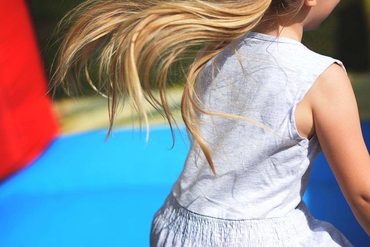 ילדה קופצת