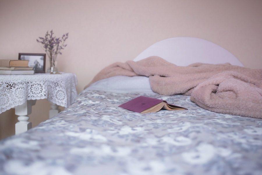 מיטה עם ספר